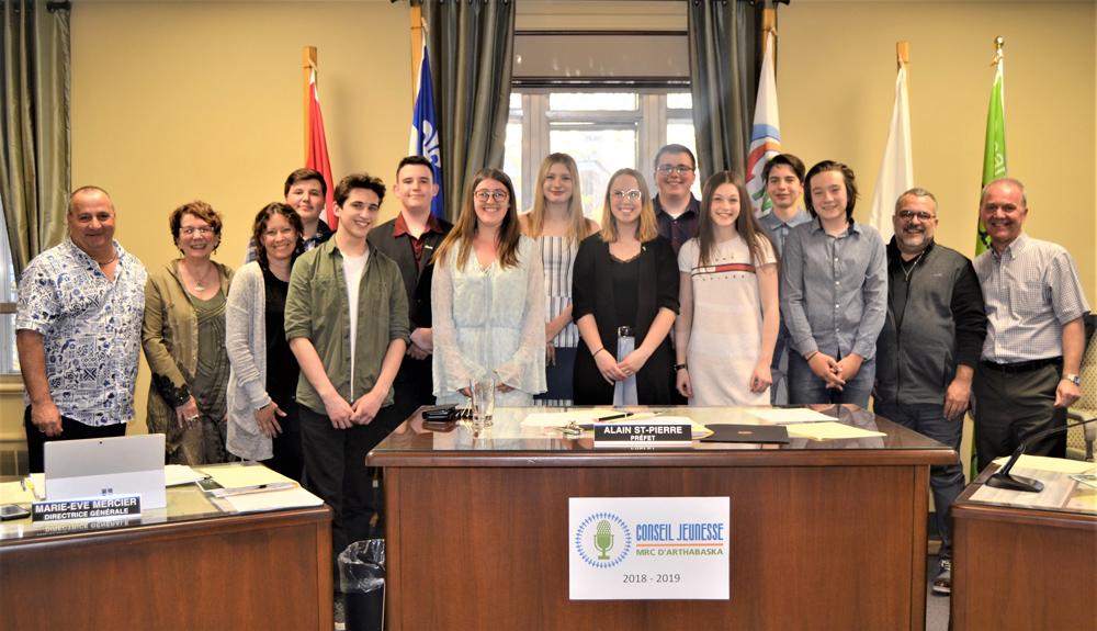 Les membres du premier Conseil jeunesse de la MRC d'Arthabaska ont déposé officiellement 16 propositions d'actions municipales touchant la persévérance scolaire et l'environnement au Conseil de la MRC d'Arthabaska lors de la séance publique 22 mai dernier.
