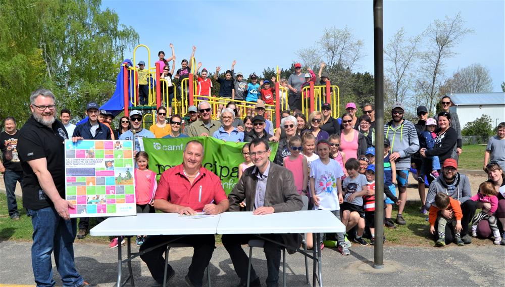 Le 25 mai dernier, monsieur Alain St-Pierre, maire de Saint-Albert, et monsieur Nicolas Labbé, élu responsable des dossiers concernant les enfants, étaient heureux de recevoir leur première accréditation Municipalité amie des enfants en présence de monsieur Patrick Paulin, administrateur du Carrefour action municipale et famille.
