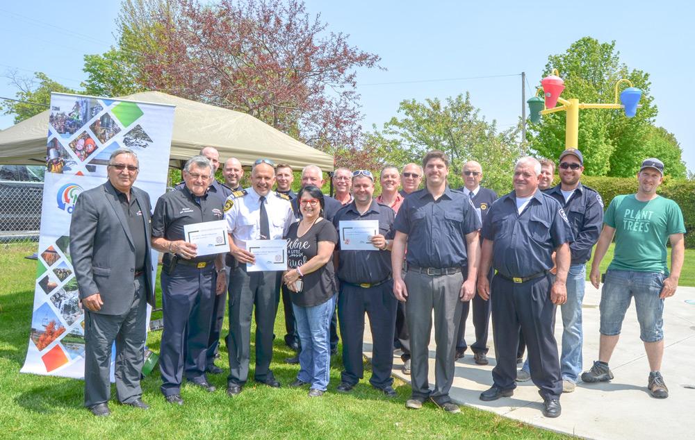 Un bel hommage a été rendu à l'équipe du Service de sécurité incendie de la municipalité de Tingwick le samedi 1er juin 2019. On aperçoit le maire, monsieur Réal Fortin, en compagnie des membres dudit service.
