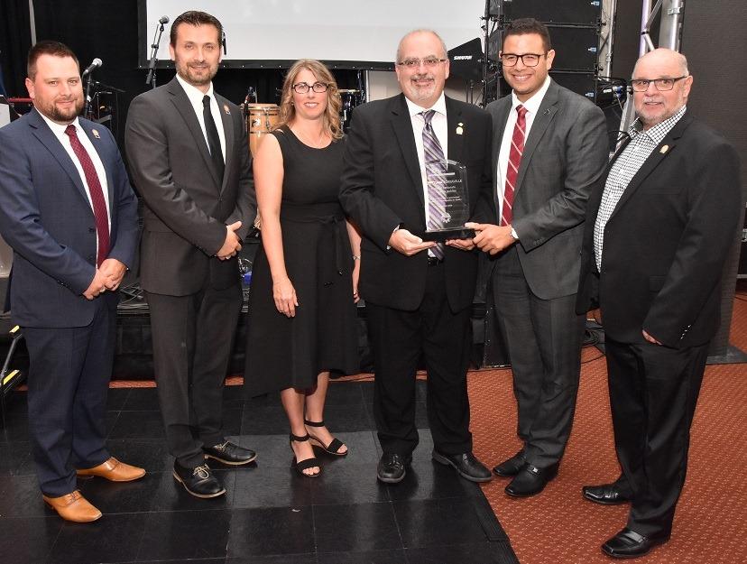 Au nom de ses collègues du Service des travaux publics, Michel Lachapelle a reçu le prix Semaine des travaux publics décerné lors du congrès de l'ATPA.
