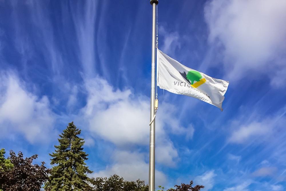 Mise en berne du drapeau de la Ville au mât principal de l'hôtel de ville lors de la fête du Canada