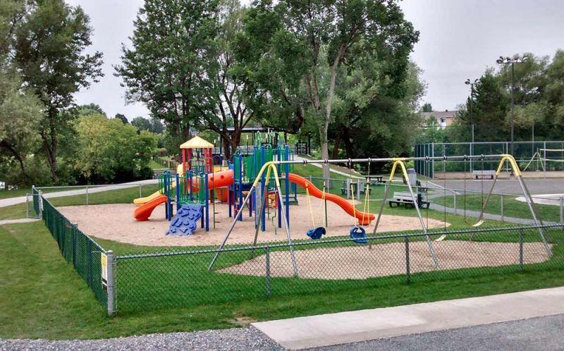 Les 22 municipalités de la MRC d'Arthabaska ont pu réaliser des projets. À Kingsey Falls, une somme de 50 000 $ a été attribuée pour la construction d'un parc municipal.